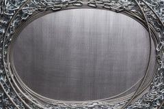 Цепи металла на почищенной щеткой алюминиевой предпосылке стоковые изображения