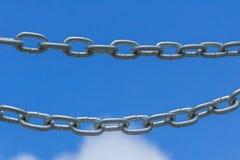 Цепи на предпосылке голубого неба стоковое изображение rf