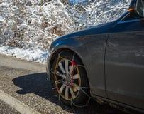 Цепи на weels автомобиля в снежных горах во время зимы стоковое фото