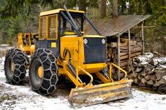 цепи оборудовали колеса снежка скиддера стоковые фото