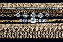 цепи предпосылки черные пересекли золото Стоковая Фотография RF