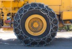 Цепи снега на промышленном колесе воздуходувки снега стоковое изображение