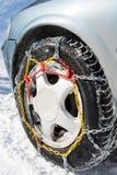 Цепи снега установленные на колесах автомобиля Стоковые Фотографии RF