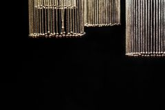 Цепи с колоколами в форме шариков выделены и висят в круге на черной предпосылке стоковые фотографии rf