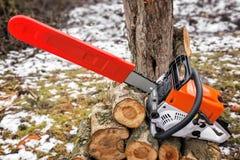 Цепная пила и отрезанные ветви дерева Стоковое фото RF