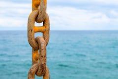 Цепное и голубое море Желтая цепь зачаливания грузового корабля Коммерчески пересылка морским путем Стоковое Фото