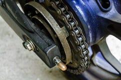 Цепной большой велосипед - колесо крупного плана заднее Bigbike стоковые изображения