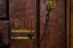 Цепной замок на двери Стоковые Фото