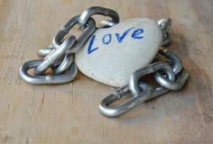 Цепной камень сердца крена на деревянной доске Стоковые Изображения RF