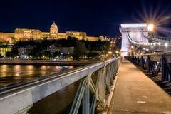 Цепной мост и замок Buda на ноче в Будапешт Стоковое фото RF