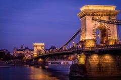 Цепной мост к ноча в Будапешт стоковое фото