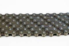 Цепь велосипеда аранжированная на белой таблице Периодический обслуживать части стоковые фото