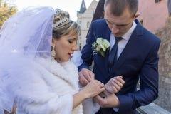 Цепь в руки невесты Стоковые Фото