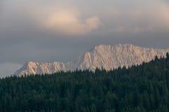 Цепь горы за лесом стоковая фотография