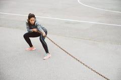 Цепь женщины фитнеса вытягивая для разминки прочности Стоковые Фотографии RF