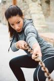 Цепь женщины фитнеса вытягивая для разработки Стоковые Изображения RF