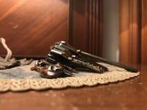 Цепь иберийской ноги ветчины ключевая с ключами поверх ткани шнурка на деревянной таблице ночи стоковая фотография rf