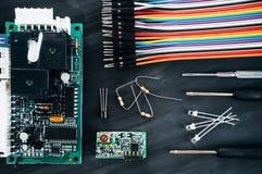 Цепь компьютера с положением квартиры кабелей и деталей Стоковое Изображение