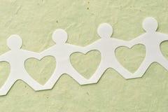 Цепь людей бумажная - концепция влюбленности и экологичности Стоковые Изображения RF