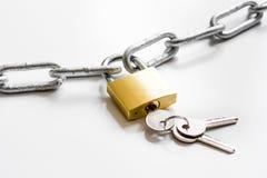 Цепь металла защиты данных концепции на белой предпосылке Стоковые Фото