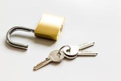 Цепь металла защиты данных концепции на белой предпосылке Стоковое Фото