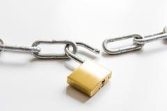 Цепь металла защиты данных концепции на белой предпосылке Стоковые Изображения RF