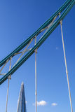 Цепь моста башни и черепка на заднем плане стоковое изображение