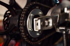 Цепь мотоцикла в естественном свете стоковое фото