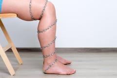 Цепь на ноге женщины Стоковые Изображения RF