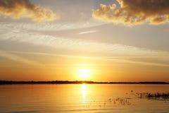 цепь покрывает поверхность США захода солнца неба съемки горизонтальных озер светлую o озера illinois померанцовую Стоковое фото RF