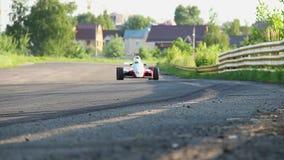 Цепь пустыни гоночной машины F1 спеша, поворачивая диез, фокус сток-видео