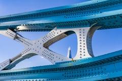 Цепь связи моста башни стоковая фотография rf