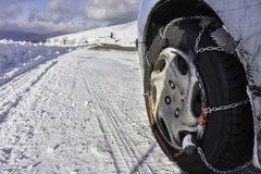 Цепь снега установленная на колесе автомобиля Стоковое фото RF