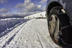 Цепь снега установленная на колесе автомобиля Стоковое Фото