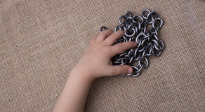 Цепь сделанная из металла в руке на холсте Стоковые Фото