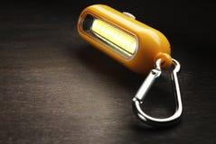 Цепь туристского электрофонаря ключевая с carabiners на деревянной предпосылке Стоковое Фото