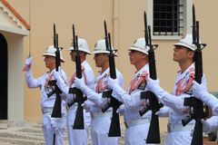 Церемониальный предохранитель изменяя, дворец ` s принца, Монако Стоковое фото RF