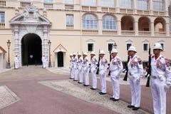 Церемониальный предохранитель изменяя около дворца ` s принца, Монако Стоковое Изображение RF