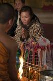 Церемония благословением в буддийском виске в Ventiane, Лаосе стоковое фото