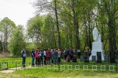 Церемония на массовом захоронении в деревне зоны Kaluga (России) на 8 может 2016 стоковое фото
