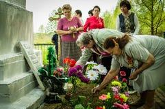 Церемония на массовом захоронении в деревне зоны Kaluga (России) на 8 может 2016 стоковое изображение