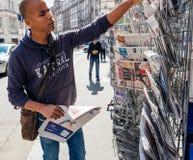 Церемония передачи отчетности газеты черного человека этничности покупая Стоковое Фото