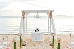 Церемония свадьбы на пляже на пляже с морем и небе в романтичном стоковое фото rf