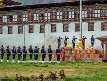 Церемония флага на Tashicho Dzong, дворце Thimpu, Thimpu, Бутане стоковая фотография rf