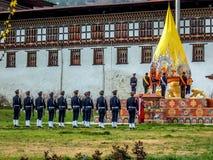 Церемония флага на Tashicho Dzong, дворце Thimpu, Thimpu, Бутане стоковые изображения rf