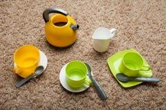 Церемония чая детей игры от красочных утварей игрушки стоковые фото