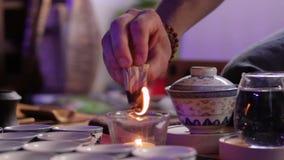 Церемония чая используя перуанскую ручку ладана Palo Santo святую деревянную сток-видео