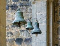 3 церковного колокола небольшой, средней и крупноразмерной смертной казни через повешение в цепях стоковые изображения rf