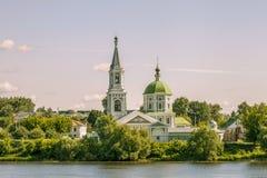 Церковь ландшафта на побережье Рекы Волга Стоковая Фотография RF