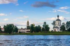 Церковь возвеличивания святых креста и belltower на предпосылке, монастыря Nilov, зоны Tver стоковые фотографии rf